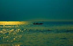 Barco en papel pintado del paisaje del tiempo de la salida del sol del mar imagen de archivo