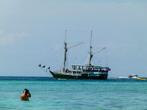 Barco en Phi Phi Island en Tailandia Fotos de archivo