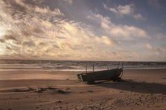 Barco en playa imagenes de archivo