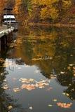 Barco en puerto en caída foto de archivo