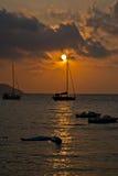 Barco en puesta del sol Fotos de archivo libres de regalías