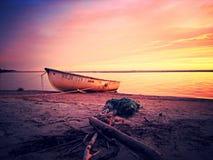 Barco en puesta del sol Fotografía de archivo libre de regalías