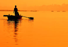 Barco en puesta del sol. Ganges en Varanasi. Fotos de archivo libres de regalías