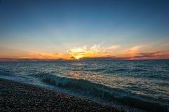 Barco en puesta del sol del mar Foto de archivo