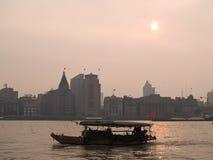 Barco en Shangai en la puesta del sol Fotos de archivo libres de regalías