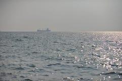 Barco en superficie del mar y la reflexión del sol Fotos de archivo libres de regalías