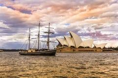 Barco en Sydney Harbor con el teatro de la ópera Fotos de archivo libres de regalías