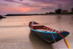 Barco en tiempo de la puesta del sol Imagen de archivo libre de regalías