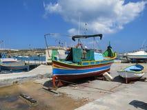 Barco en tierra en un pueblo pesquero  Fotos de archivo