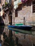 Barco en un canala veneciano fotografía de archivo libre de regalías