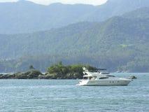 Barco en un día de verano brasileño Foto de archivo libre de regalías
