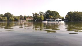 Barco en un lago fotos de archivo libres de regalías