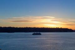 Barco en un lago en una puesta del sol 1 del invierno Imagen de archivo libre de regalías