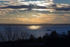 Barco en un lago en una puesta del sol 2 del invierno Foto de archivo