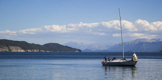Barco en un lago hermoso Fotografía de archivo