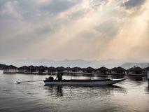 Barco en un lago tropical imagenes de archivo