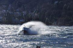 Barco en un lago ventoso Salpicar ondas, lago Maggiore Fotos de archivo libres de regalías
