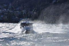 Barco en un lago ventoso Salpicar ondas, lago Maggiore Foto de archivo