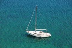 Barco en una bahía reservada en el mar adriático Foto de archivo libre de regalías
