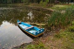 Barco en una charca Imágenes de archivo libres de regalías