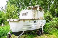 Barco en una tierra en el bosque Imagen de archivo