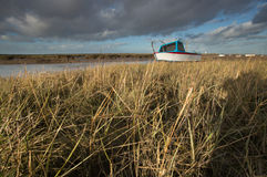 Barco encalhado na maré baixa fotos de stock