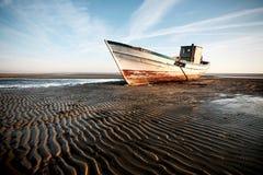 Barco encallado en la playa fotos de archivo libres de regalías