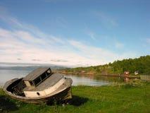 Barco encallado en Lofoten foto de archivo