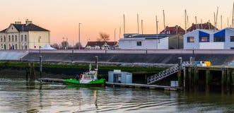 Barco entrado com os trabalhadores no porto de Blankenberge, Bélgica, cidade europeia popular imagem de stock