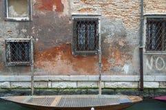 Barco entrado a uma parede da casa em um canal em Veneza, Itália Fotos de Stock Royalty Free