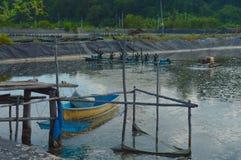 Barco, esquife en el lago del tratamiento viejo sistema de la purificación del agua ST fotos de archivo libres de regalías