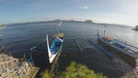 Barco estacionado na costa do lago que abastece aos viajantes inter da ilha video estoque