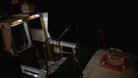 Barco estacionado que balança nas ondas na noite Veneza vídeos de arquivo