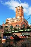 Barco estrecho del canal debajo de la pasarela Birmingham Imagenes de archivo