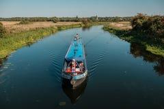 Barco estrecho en el río Nene en Woodford en Northamptonshire, Engla Fotografía de archivo libre de regalías