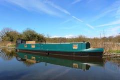 Barco estrecho verde en el canal de Lancaster cerca de Galgate Fotos de archivo libres de regalías