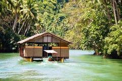 Barco exótico do cruzeiro com turistas em um rio da selva Ilha Bohol, Filipinas foto de stock