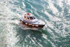 Barco experimental cerca de la costa de Ancona, Italia Fotos de archivo