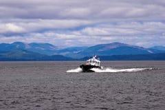 Barco experimental en ondas en la boca del río Columbia Imagenes de archivo