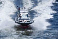 Barco experimental que ayuda al barco de cruceros grande con la navegación en las aguas de Rio de Janeiro Fotografía de archivo