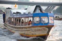 Barco expresso de Chaopraya para o transporte dos povos de Banguecoque ao redor, em S Fotos de Stock Royalty Free