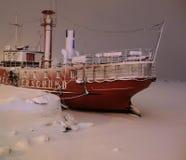 Barco-farol Relandersgrund em uma tempestade da neve no centro de Helsínquia, Finlandia foto de stock royalty free