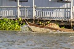 Barco flotando la casa en Chau doc. en Vietnam imagen de archivo libre de regalías