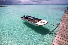 Barco flotante en el mar azul, Maldives Imagen de archivo libre de regalías