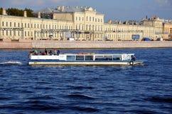 Barco Fontanka-1 de la excursión Imágenes de archivo libres de regalías