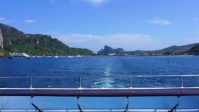 Barco funcionado con hacia fuera de la isla de Phi Phi el vacaciones de verano con paisaje hermoso del océano del cielo del paisa metrajes