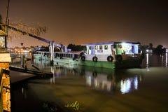 Barco-grúa en el embarcadero Fotografía de archivo