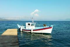 Barco grego na doca em greece Imagens de Stock