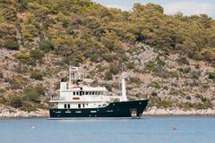 Barco grego no porto Imagens de Stock Royalty Free
