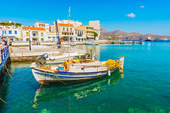 Barco grego no porto de Agios Nikolaos Fotografia de Stock Royalty Free